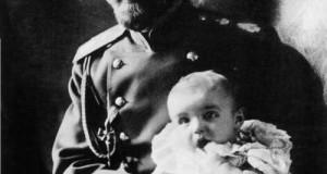 Император Николай II с сыном Алексеем. 1905